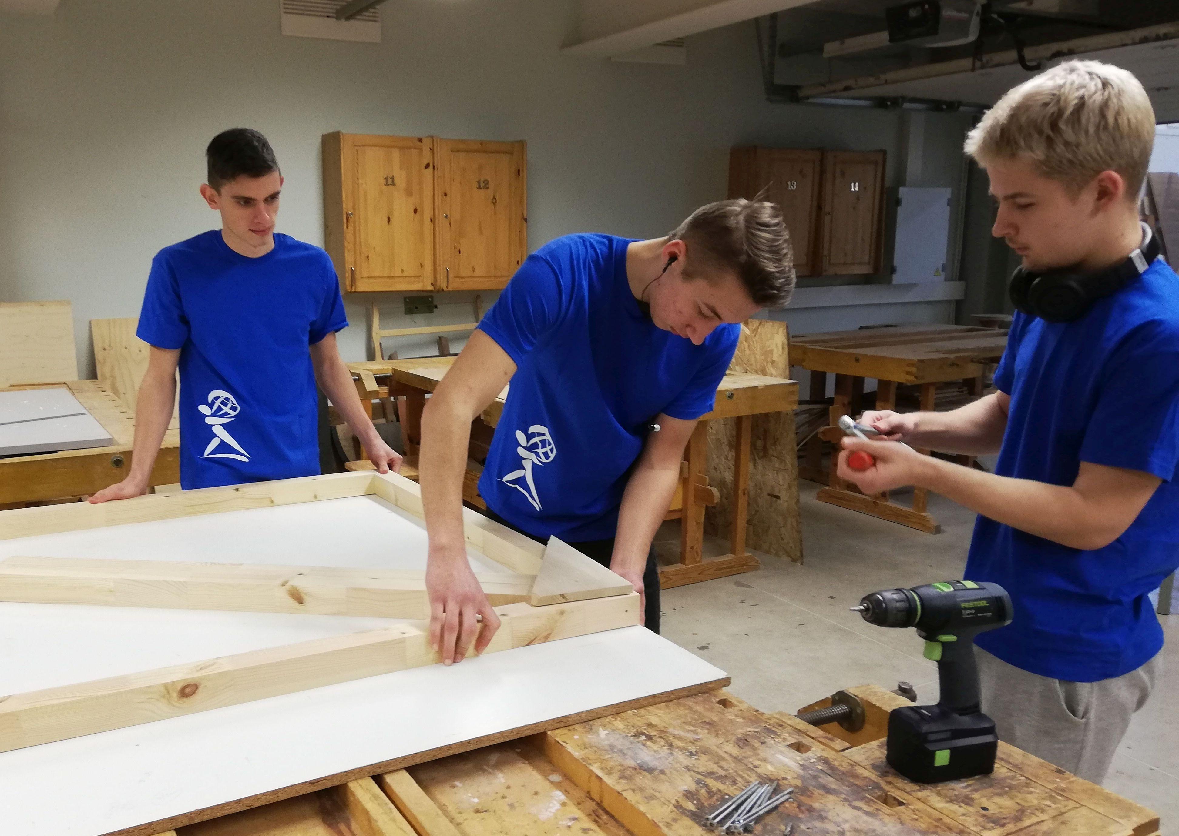 Õpilased koerakuuti ehitamas