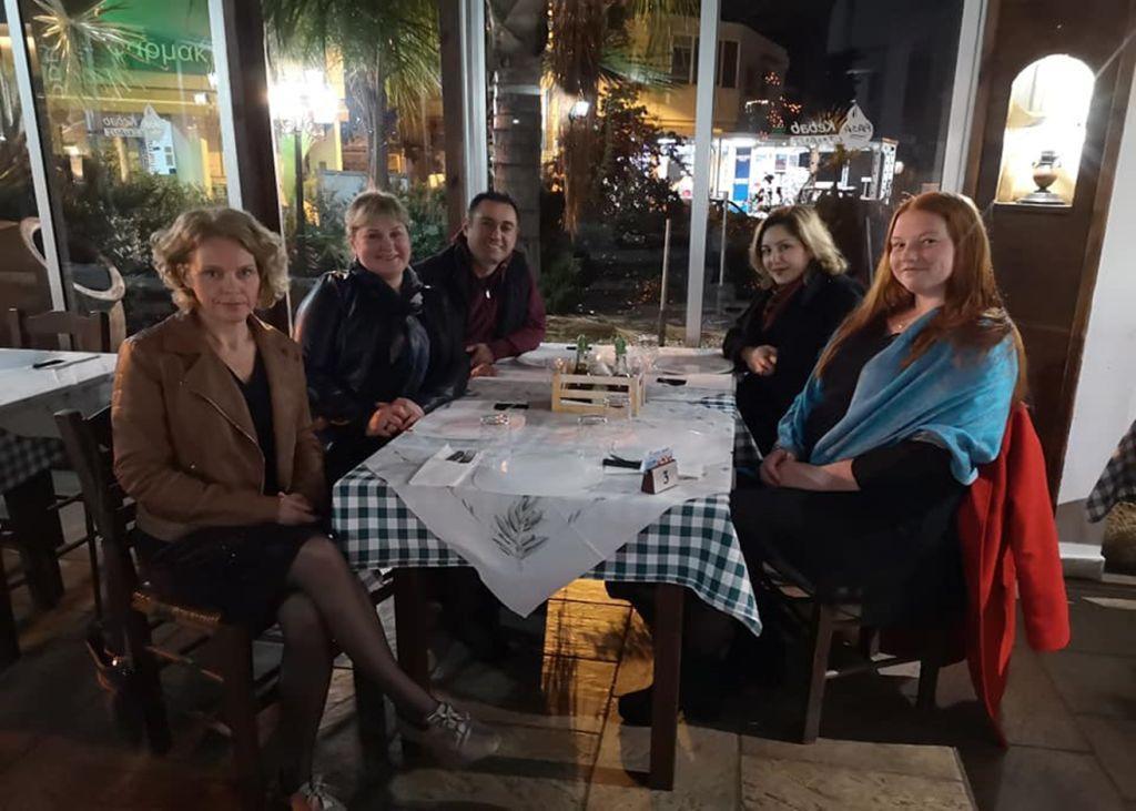 Õhtusöögi ootel kebabi restoranis (restoranis laua taga istumas)