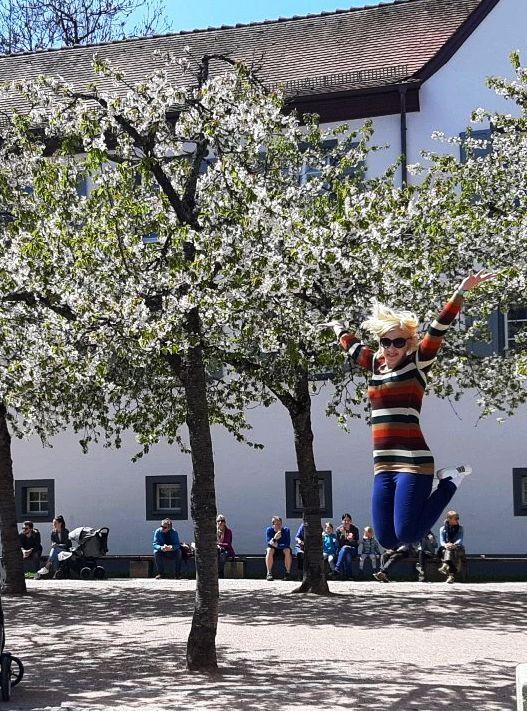 Maili Saksamaal (päikseline päev, taustal õitsevad kirsid)