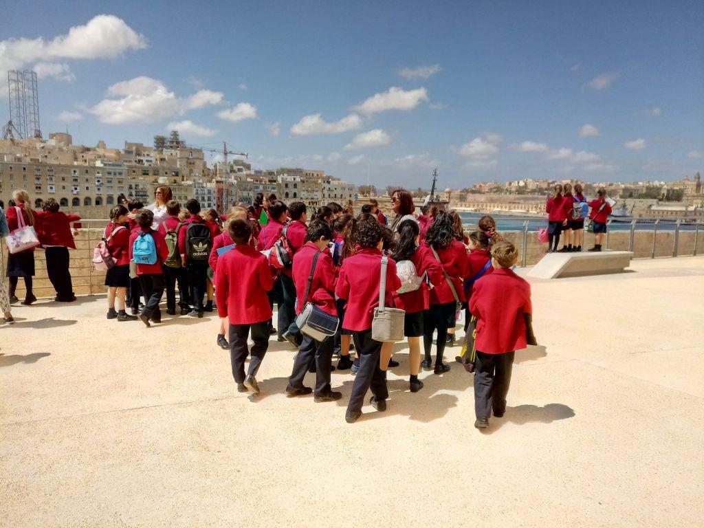Punastes jakkides lapsed ümber giidi