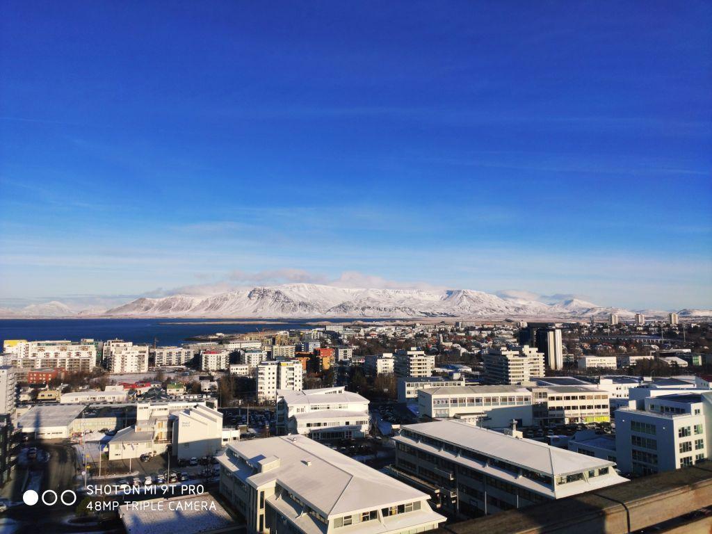 Vaade Reikjaviki linnale (taustal mäed)