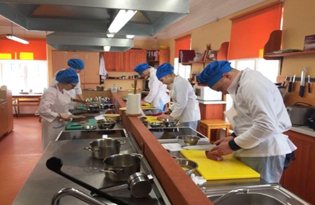 Õpilased köögis praktilises tunnis