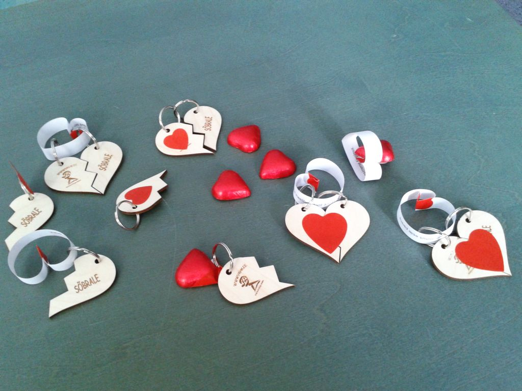 Puidust südame kujulised võtmehoidjad VKHK logoga
