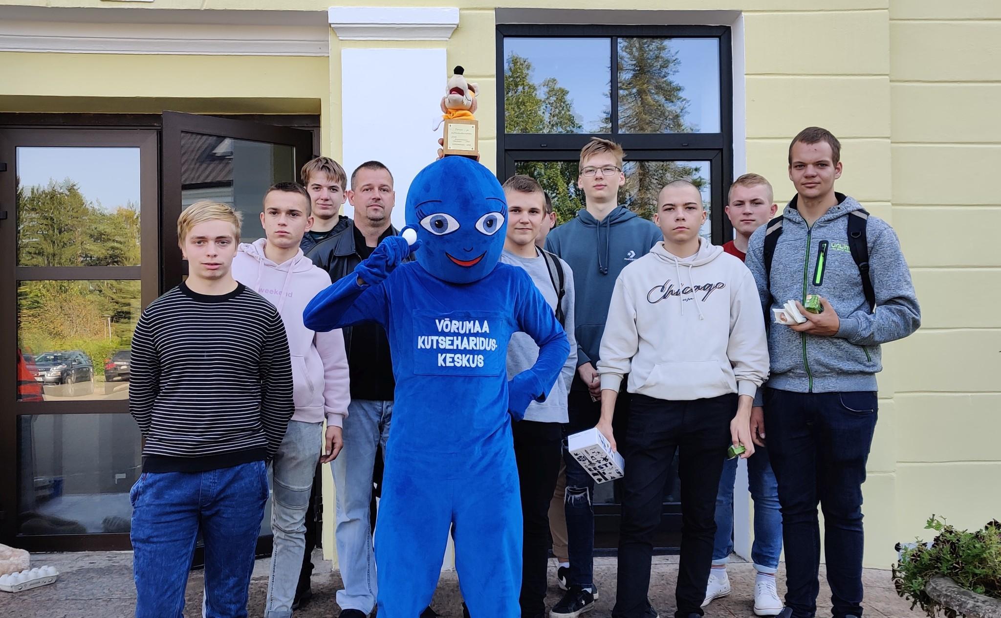 MTp-20 kursuse ühispilt koos kooli maskotiga