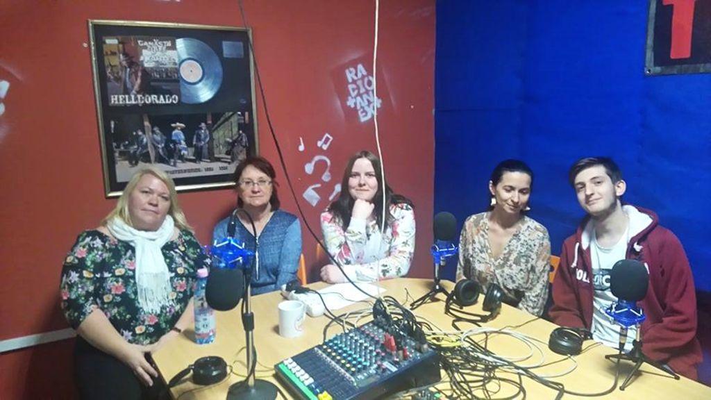 Praktikandid istuvad laua taga Radio Tanext stuudios