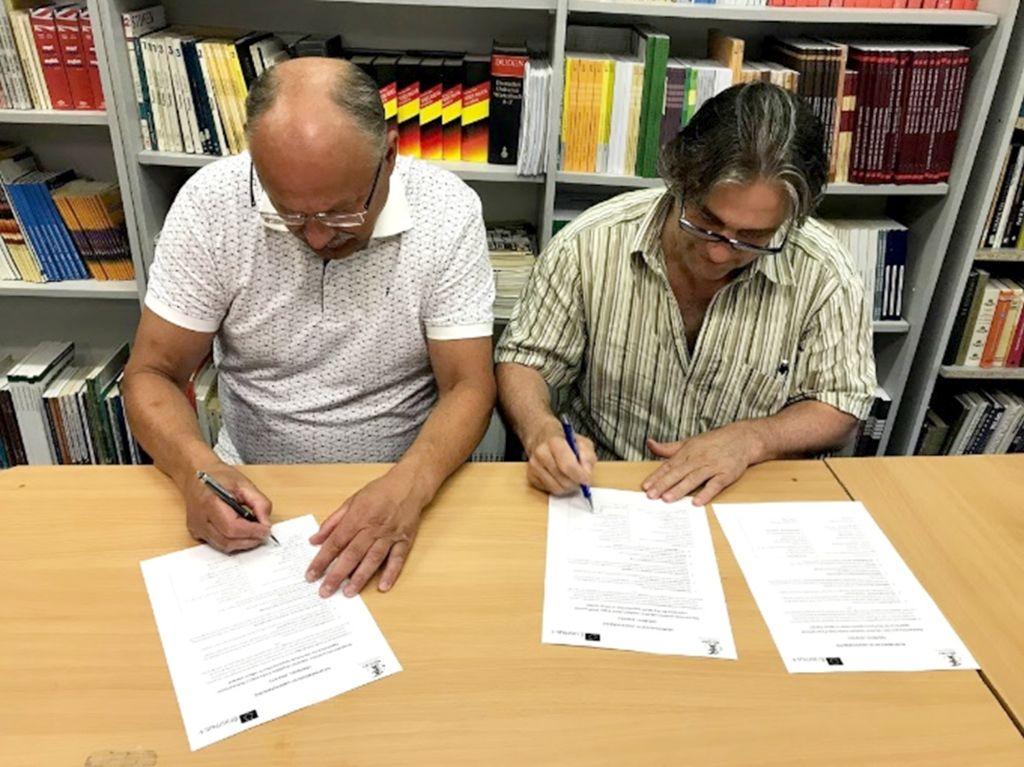 Koolide direktorid lepinguid allkirjastamas