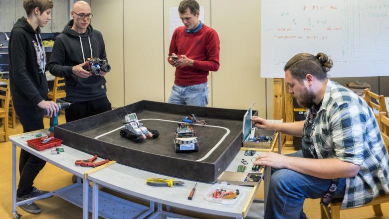 Õpilased testivad ehitatud roboteid