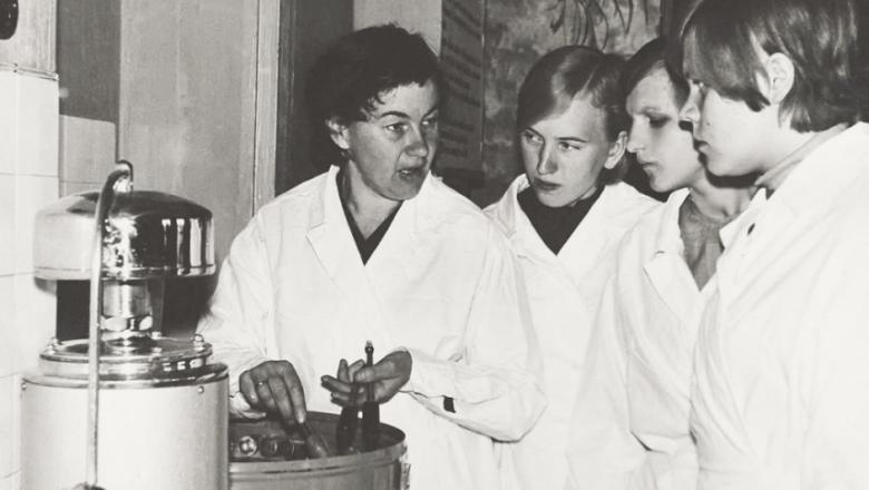 Õpetaja valgetes kitlites õpilastele tarkusi jagamas (mustvalge foto)